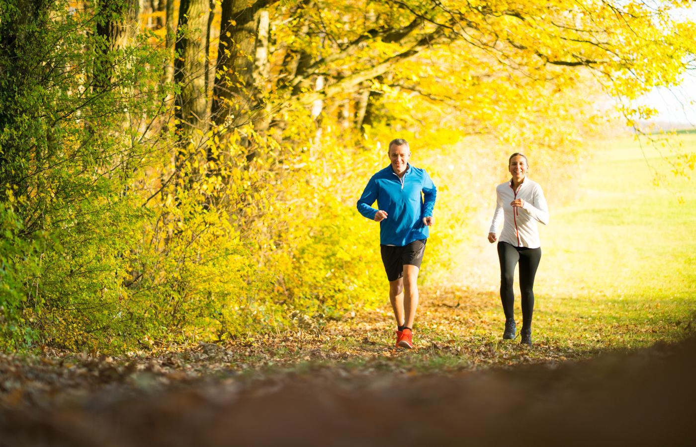 Bildslider laufendes Paar im Wald